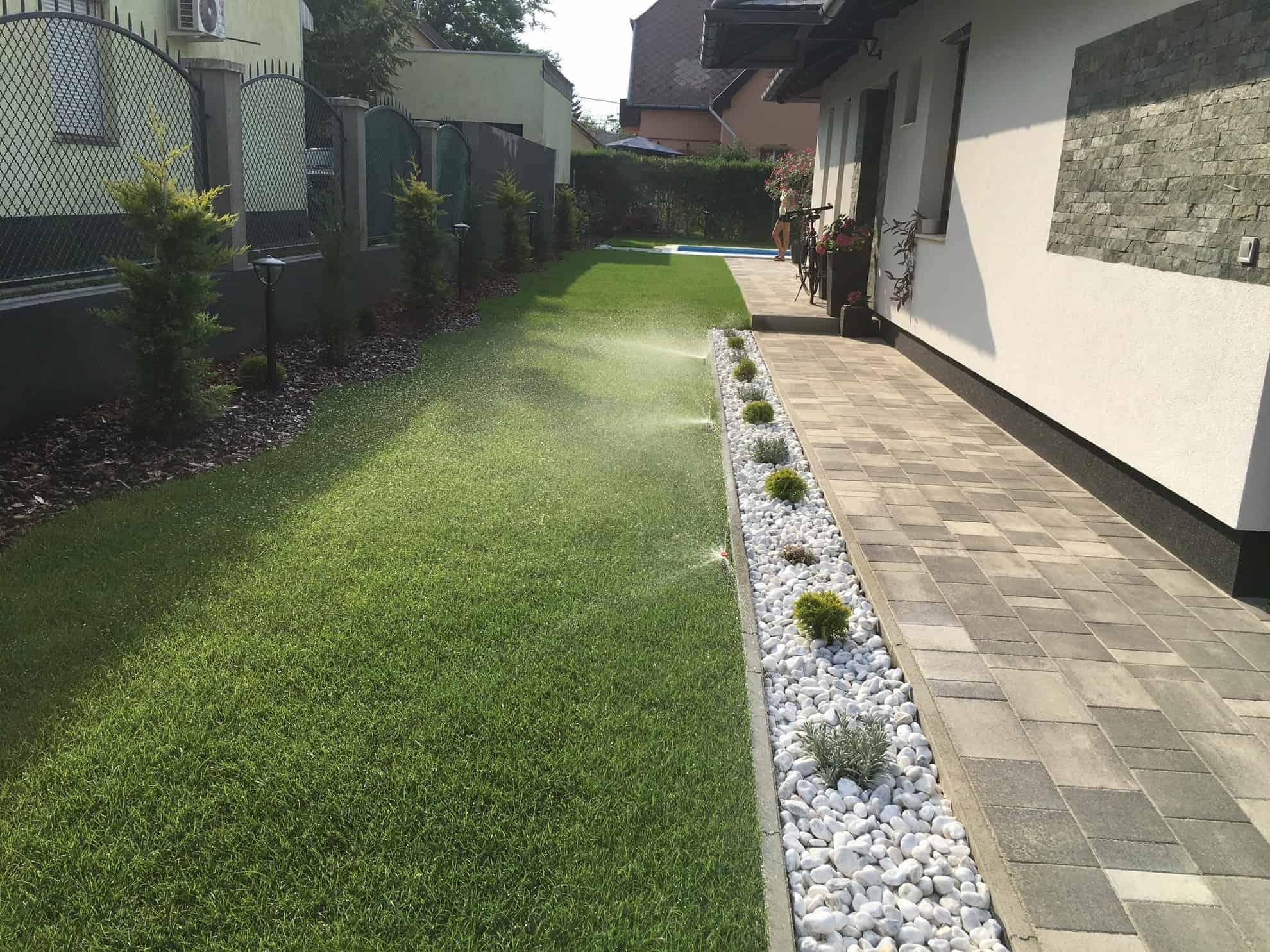 Gyepszőnyeges kert, fehér kavicságyással